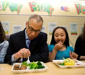Schools Chancellor Dennis Walcott and student Arianna Francisco have a vegetarian meal together.