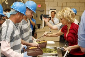 Pamela Anderson serves vegetarian food to prisoners